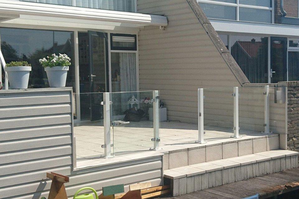 Glazen Afscheiding Terras : Glazen windschermen in achtertuin te gorinchem
